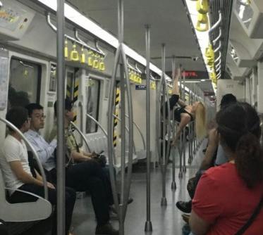 金发女孩地铁跳钢管舞 全车乘客看呆