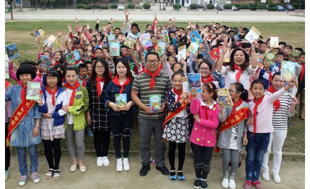中铁十一局集团汉十高铁HSSG-4标项目部为曾都区何店小学赠送课外图书