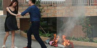 女大学生火烧LV包 与高富帅老公闹离婚