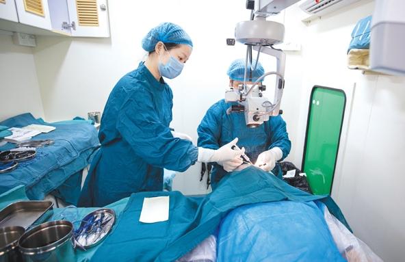 湖北省复明扶贫行动中国流动眼科手术车走进随州